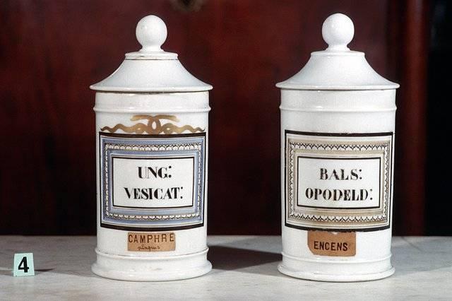 Visuel 4/10 : Collection de pots à pharmacie