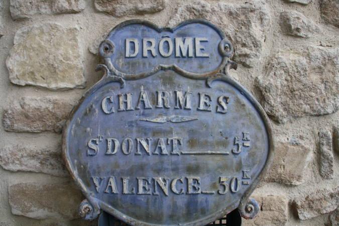 Visuel 2/3 : Plaque de cocher et plaque d'identité de la commune