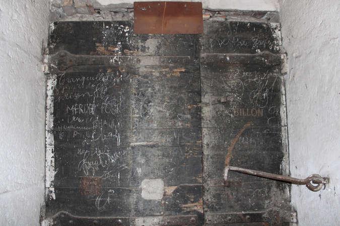 Visuel 2/7 : Inscriptions et graffitis (chapelle des Cordeliers)